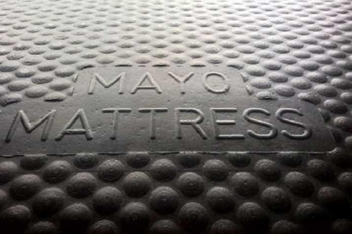 Logo op mayo matras